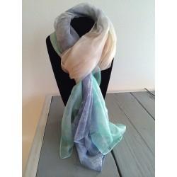 ecru kleurige sjaal overlopend naar groen en blauw met paisley motief