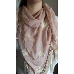 Driehoek sjaal in oud roze met off white geborduurde bloemen erop