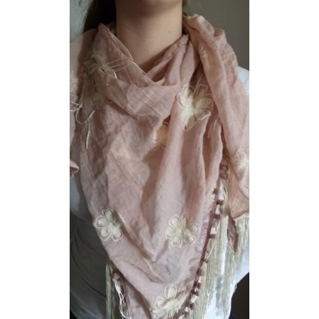 200ce8b1b02 Driehoek sjaal in oud roze met off white geborduurde bloemen erop ...