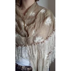 Driehoek sjaal in beige tint met off white geborduurde bloemen erop