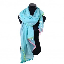 licht blauwe sjaal afgezet met gekleurde bolletjes.