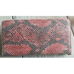 rood met zwarte portemonnee in slangenprint