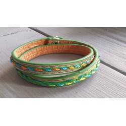 groene armband met gekleurd draad geborduurd