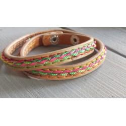 licht bruin armband met gekleurd draad geborduurd