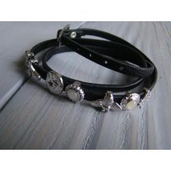 Zwart leren armband met zilveren schuivers.